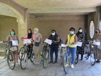 Volwassenen leren fietsen en behalen fietsdiploma