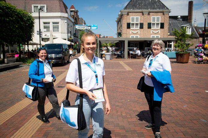 De stadsambassadeur Sonja, Suze en Astrid (vlnr) ijn klaar voor hun rol als gastvrouwen van Almelo.