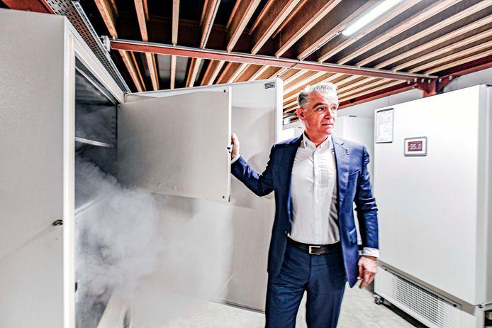 Robert Olislaegers van Sneijders Labs bij een van de vrieskisten die gebruikt worden voor de opslag van het Pfizer-vaccin.