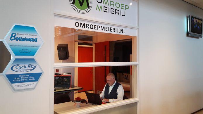Hoofdredacteur Jan de Vries van Omroep Meierij, aan het werk in de studio in 't Spectrum in Schijndel.