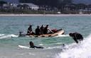 Politieduikers vertrekken om Théo in het water te gaan zoeken.