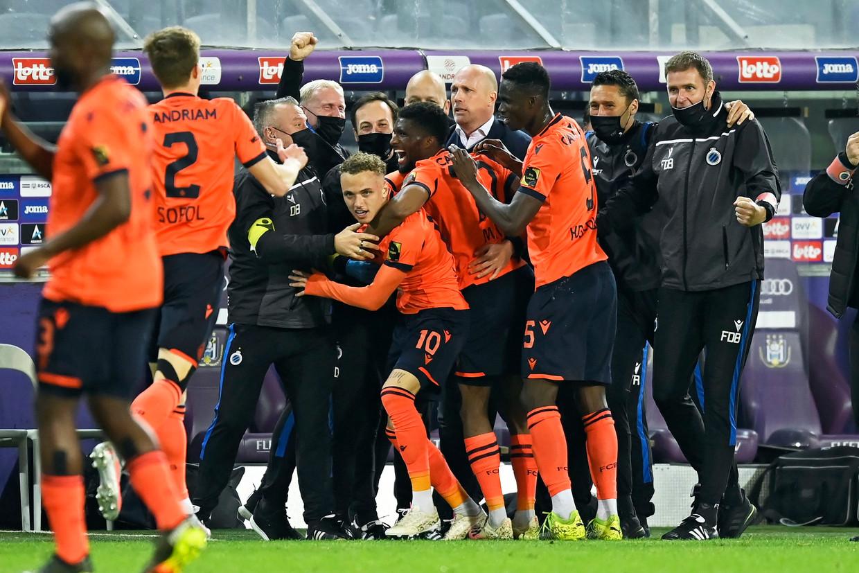 Dolle vreugde bij spelers en staf van Club Brugge, gisteravond in het Lotto Park. Beeld Photo News