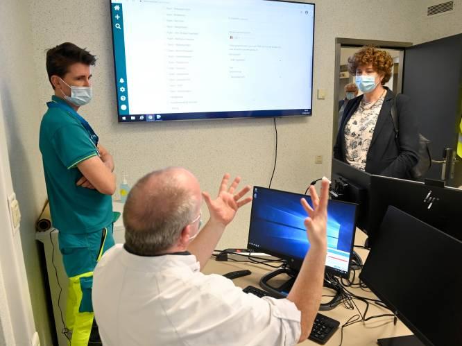 """Op de digitale corona-afdeling van het UZA zijn patiënten hun eigen verpleegkundige. """"Er liggen nu precies evenveel coronapatiënten in ons ziekenhuis als thuis"""""""