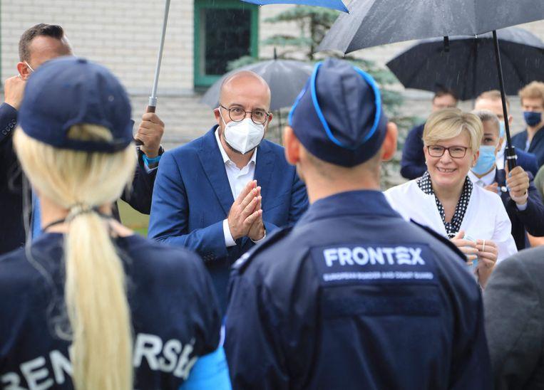 Charles Michel, voorzitter van de Europese Raad, bracht vorige week met premier Ingrida Simonyte van Litouwen een bezoek aan de Frontex-grenswachten in Litouwen.  Beeld AFP