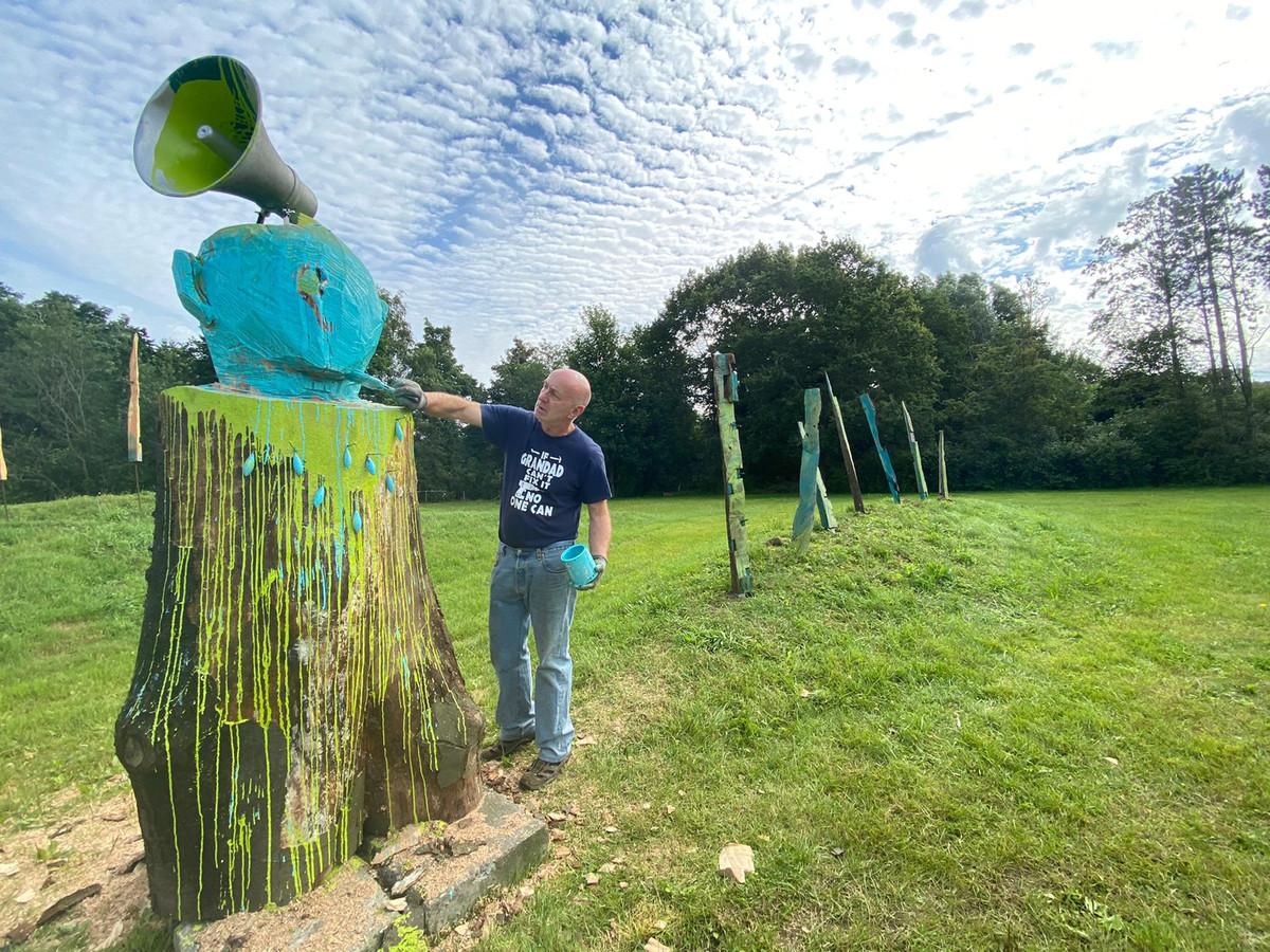 Kunstenaar Paul Van Hoorick aan het werk op recreatiedomein De Ster.