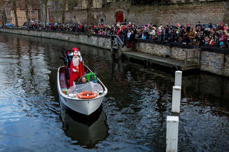 Sinterklaas en zijn pieten groeten de aanwezigen vanop hun boot.