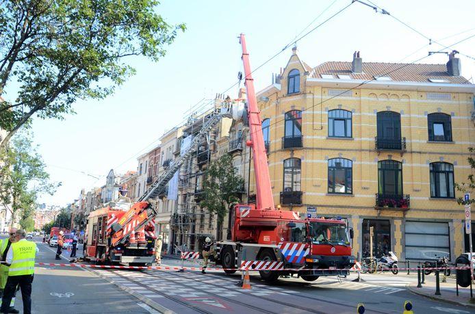 De Brusselse brandweer moest een deel van een gevel en dak van een woning in de Jachtlaan in Etterbeek stabiliseren.