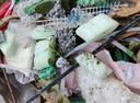 Dit plastic afval ligt rond de Fivelingo.