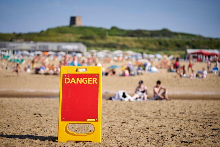 Een bord op het strand van Scheveningen, waar stroming en wind afgelopen weekend zorgden voor een verraderlijke zee.  Beeld Hollandse Hoogte/ANP
