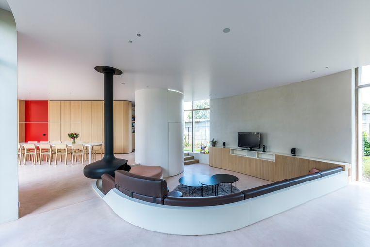 De ronde vormen komen terug in de woonkamer, waar een zitput serieuze sixties-vibes oproept. Beeld Luc Roymans
