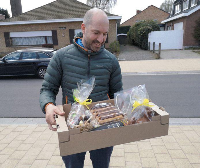 Jelle Strijbos krijgt als 20.000ste lid van de lokale Facebookgroep 'Ge zijt van Kapellen als ge...' een paaspakket van de beheerders Hugo De Hoon en Dirk van Laer
