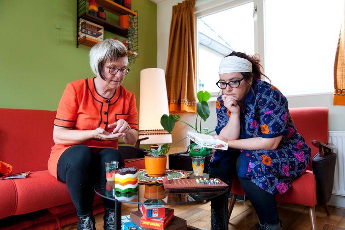 Femke Haaksma (links) en Luisella Lai spelen een spelletje Mastermind in hun nieuwe bed and breakfast in hartje Olst.