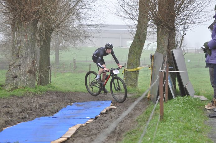 Guust De Smul was de beste in de vorige editie van de crossduatlon Westrozebeke die traditioneel in de wintermaanden plaatsvindt. Ondertussen is de wedstrijd al twee keer verschoven en valt deze nu in de zomer. De Smul behoort opnieuw tot de favorieten.