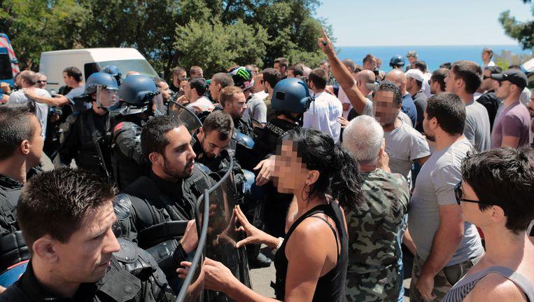 Op Corsica is het onrustig nadat twee groepen met elkaar ruzie kregen over een gemaakte foto. Beeld AFP