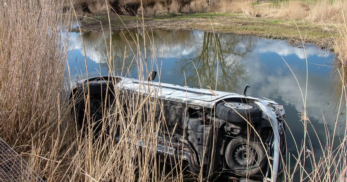 Auto belandt in sloot bij ongeluk door laagstaande zon in Almkerk.