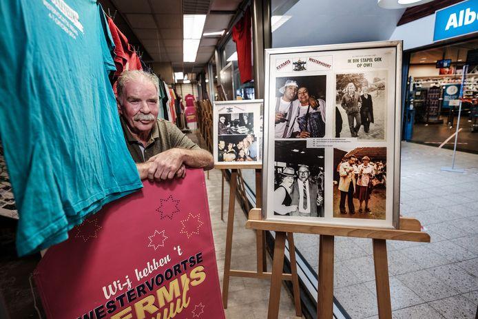 Frans Brink in het voormalige Blokkerpand waar zijn expositie in de vitrine hangt. Foto Jan van den Brink.