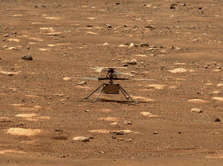 Als voorbereiding op de eerste vlucht liet de vluchtleiding vrijdag de rotoren van de helikopter draaien. Beeld AFP