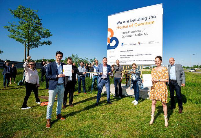 Burgemeester Marja van Bijsterveldt en TU Delft-bestuursvoorzitter Tim van der Hagen (midden) vieren de komst van het House of Quantum.