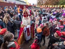 Sinterklaas ontvangt kinderen in Groesbeek in de buitenlucht