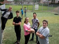 Ochtense tieners blij met voetbalkooi: 'Vroeger stond je hier na flinke regenbui paar dagen in de blubber'
