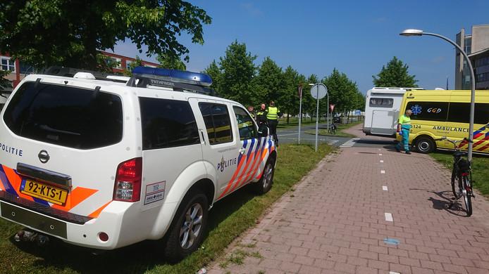 Hulpdiensten staan woensdag aan de Wold in Lelystad een onfortuinlijke fietser bij die gewond raakte bij een botsing met een automobilist.