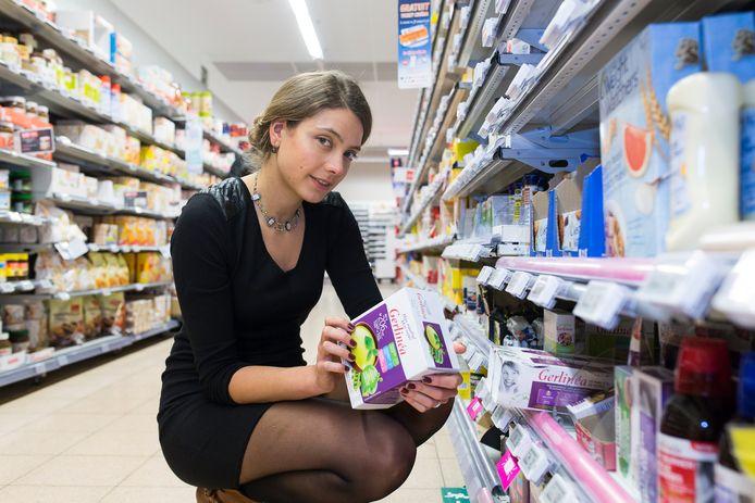 Diëtiste Sanne Mouha in de supermarkt.