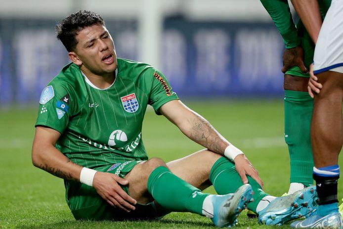 Gustavo Hamer zit geblesseerd op het gras en weet dat hij niet verder kan.