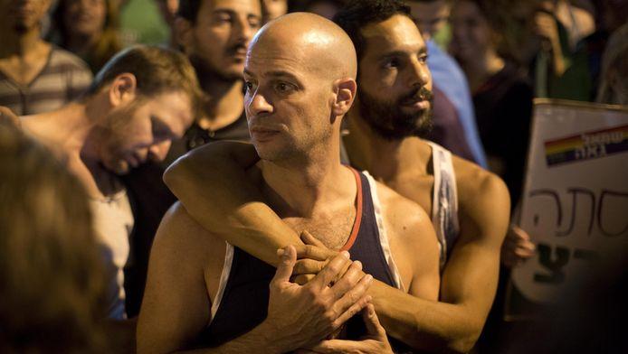 Twee mannen demonstreren tegen geweld en homofobie in Jeruzalem.