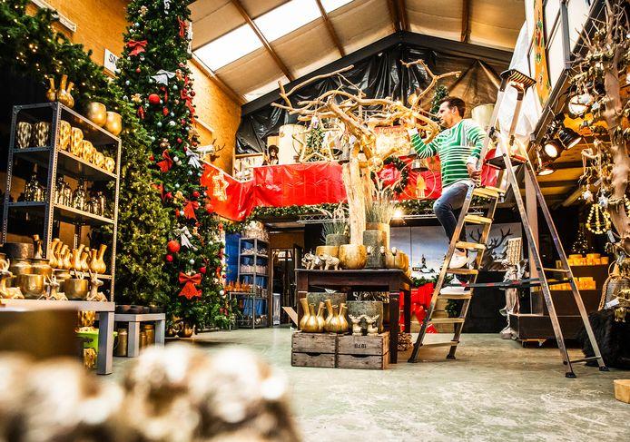 Jeroen van den Berg in zijn kerstwinkel in Heinenoord. ,,We zijn blij dat al het personeel er nog is, de meesten werken hier al vijftien jaar of langer.''