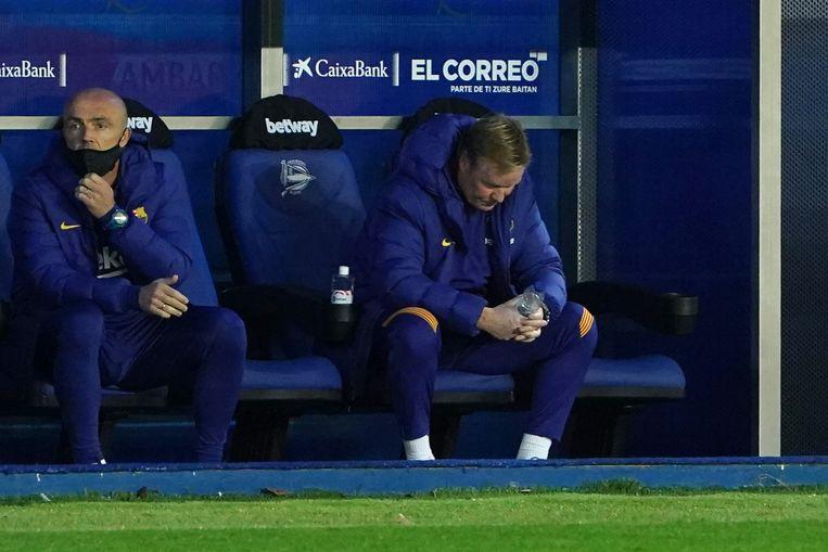 Ronald Koeman op de bank van Barcelona tijdens de wedstrijd tegen Deportivo Alaves, waarin zijn ploeg weer punten liet liggen (1-1).  Beeld AFP