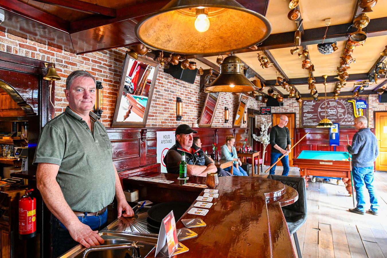 Kastelein Marcel Nieuwdorp in betere tijden. Nu het café op slot is, wil stamgast Han van de Donk hem een hart onder de riem steken.