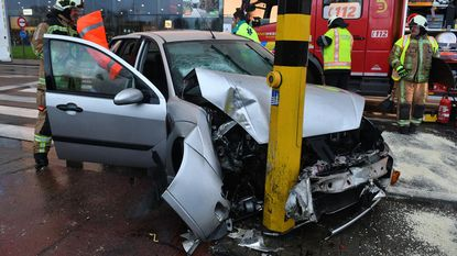 78-jarige man crasht met auto tegen verlichtingspaal