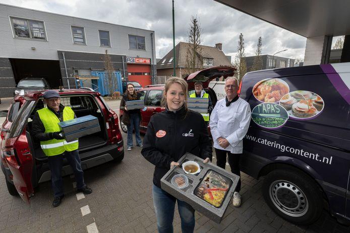 Vrijwilligers van Content Catering in Westerhoven die maaltijden bezorgen en daarbij een oogje in het zeil houden bij de ouderen. Vlnr: Theo Tilborgs, Tjinta Schroo, Bert Baltussen, eigenaar Peter Daas en Suzan van Kemenade.