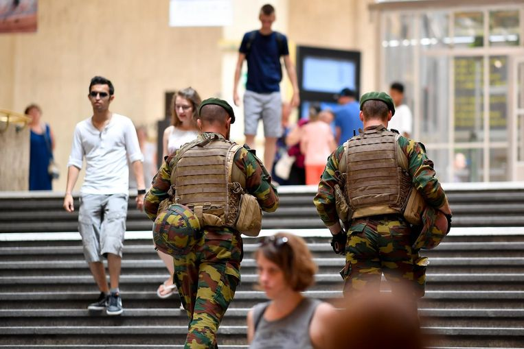 Militairen patrouilleren in Brussel-Centraal. Beeld belga