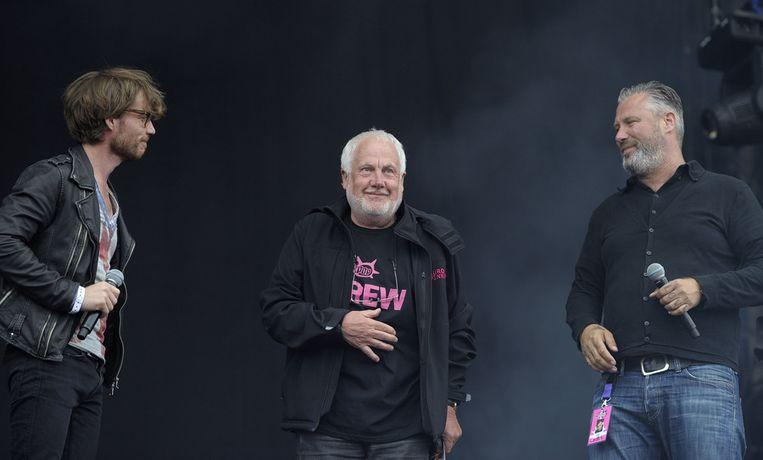 Pinkpopbaas Jan Smeets (M) opent zaterdag samen met 3FM-dj's Giel Beelen  (L) en Eric Corton (R) op het hoofdpodium zijn festival in het  Limburgse Landgraaf. Beeld