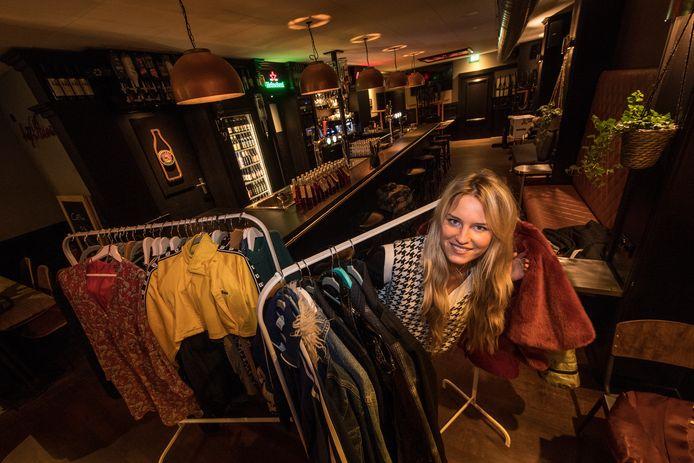Rekken vol tweedehands kleding bestieren opnieuw de entree van café Bij Roos.