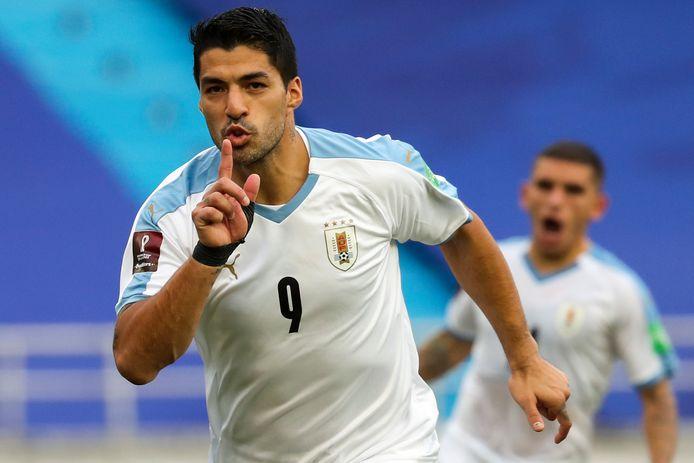 Luis Suárez juicht nadat hij namens Uruguay een strafschop heeft benut tegen Colombia.