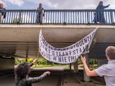 Studenten hangen door hele stad spandoeken op: 'Wat willen wij? Schuldenvrij!'