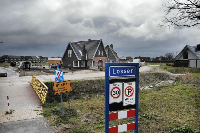 Wijk De Saller in aanbouw gezien vanaf de Honingloweg. De gemeente Losser moet nog veel meer bouwen om te voorzien in behoefte aan nieuwe woningen.