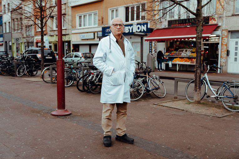 Hassan Kays, huisarts in Antwerpen: 'Ik zie veel gezinnen  uit elkaar vallen, koppels die scheiden door corona.'  Beeld Damon De Backer