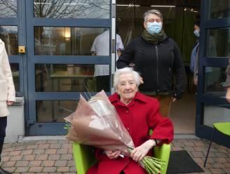"""Martha blaast 100 verjaardagskaarsen uit: """"Ik turn nog twee keer per week"""""""