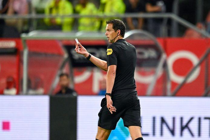 Scheidsrechter Richard Martens met een aansteker in zijn hand. Hij legde het duel tussen FC Utrecht en RKC tijdelijk stil.