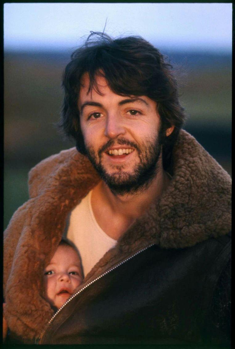 Dochter Mary (51) is de fotograaf van enkele snapshots voor het 'McCartney III'-inlegboekje, maar ze was vijftig jaar geleden ook de baby op de hoes van 'McCartney'. Beeld BELGAIMAGE