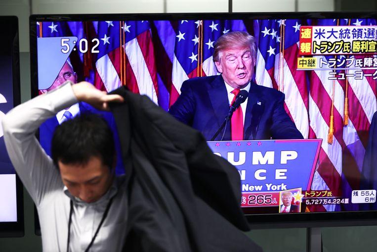 Handelsbedrijven in Tokyo volgden de verkiezing op de voet. Beeld AFP
