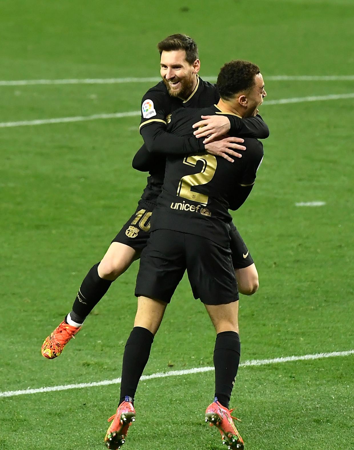 Lionel Messi viert zijn derde goal tegen Sociedad met Sergiño Dest. Beeld AP