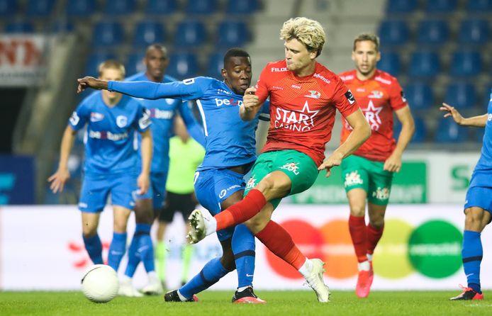 Cameron McGeehan (r.) is sneller op de bal dan Lucimi van Genk en maakt zijn eerste goal voor KV Oostende.