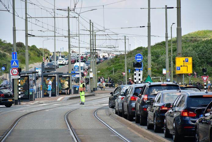 Als gevolg van het warme weer staan er lange rijen om een parkeerplekje te vinden op Scheveningen.