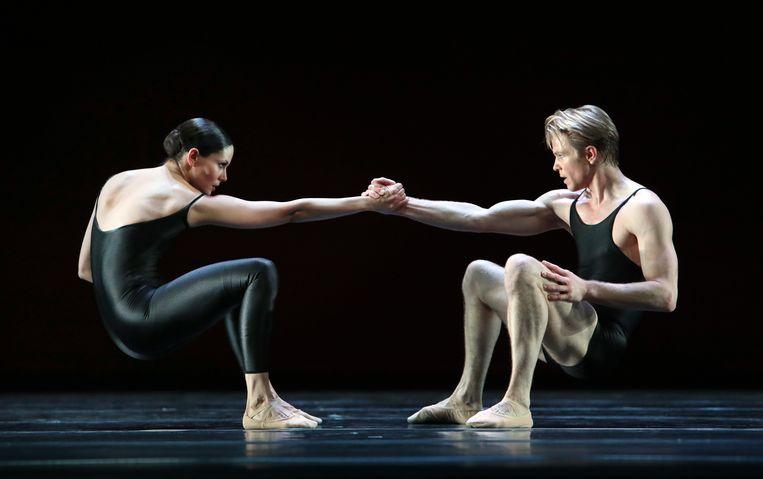 Eerste solisten Igone de Jongh en Marijn Rademaker in Déjà Vu van Hans van Manen door Het Nationale Ballet. Beeld Hans Gerritsen
