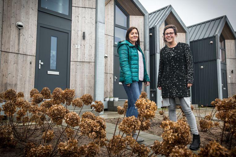 Sanne Vullings en buurvrouw Dorotha (links) wonen in een tiny house in het Limburgse America. Beeld Maikel Samuels