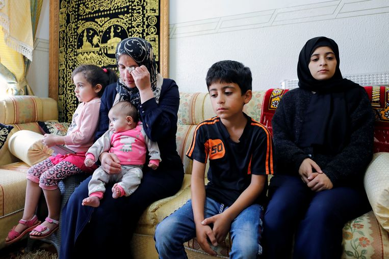 De vrouw en kinderen van Nizar Banat.  Beeld REUTERS
